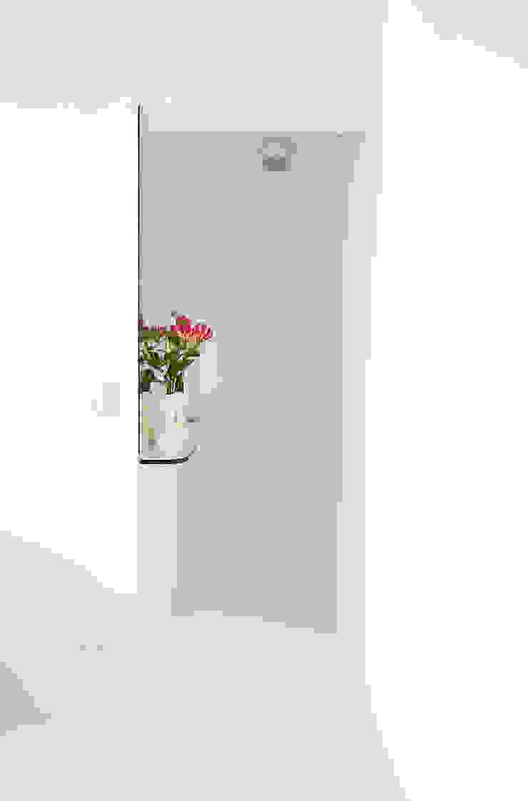 Minimalist corridor, hallway & stairs by INÁ Arquitetura Minimalist