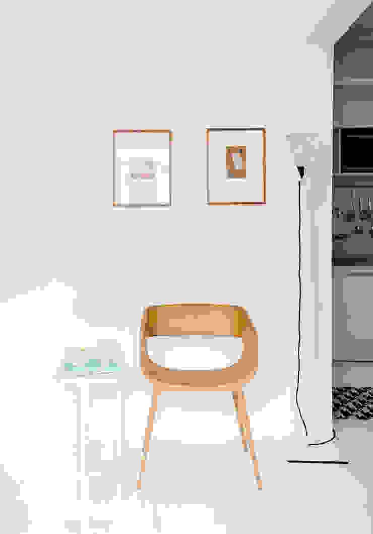Minimalist living room by INÁ Arquitetura Minimalist