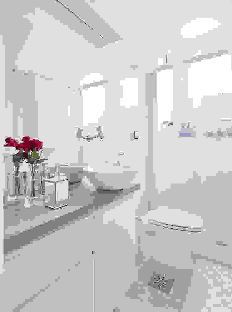 Minimalist style bathroom by INÁ Arquitetura Minimalist
