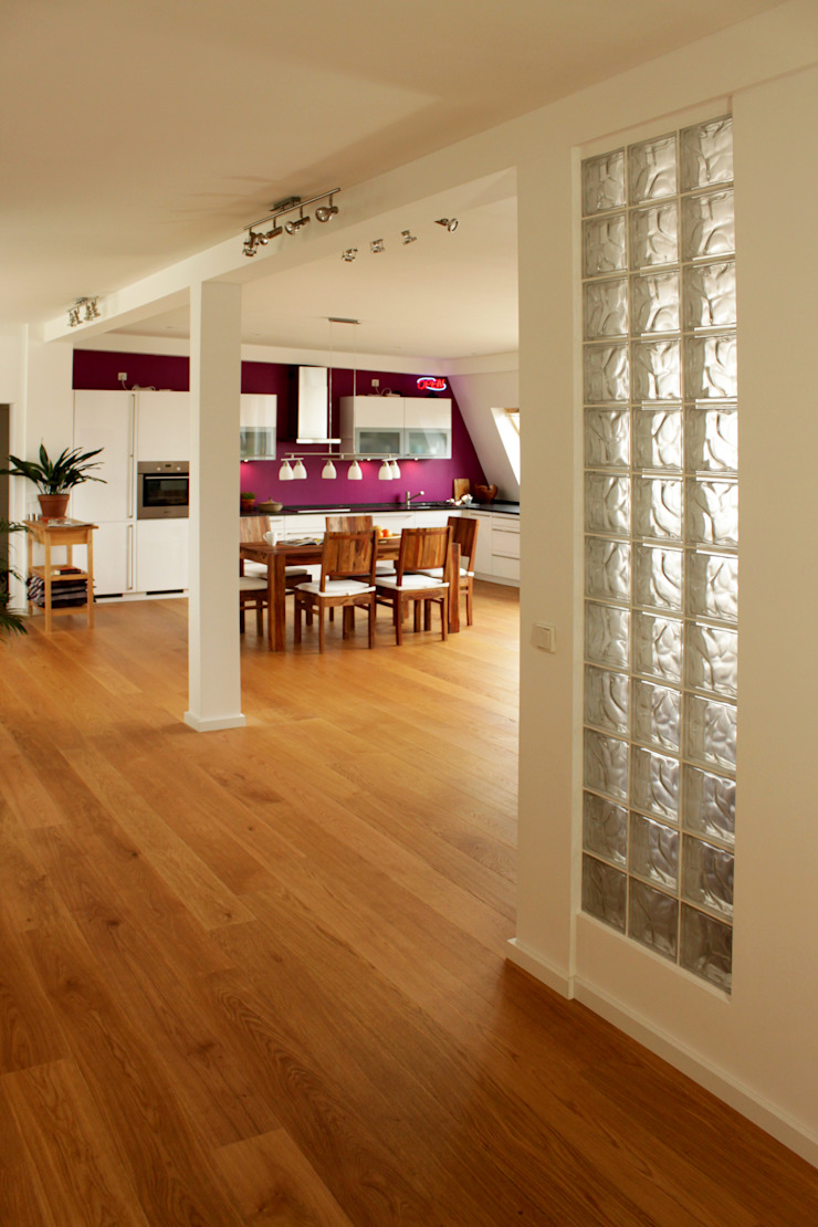 Dachgeschosswohnung Moderner Flur, Diele & Treppenhaus von ORTerfinder Modern Glas