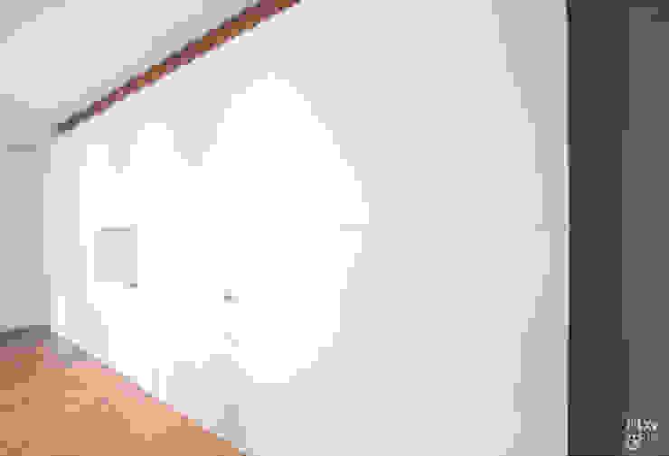 Armarios integrados en el pasillo. Pasillos, vestíbulos y escaleras de estilo moderno de Etxe&Co Moderno Tablero DM