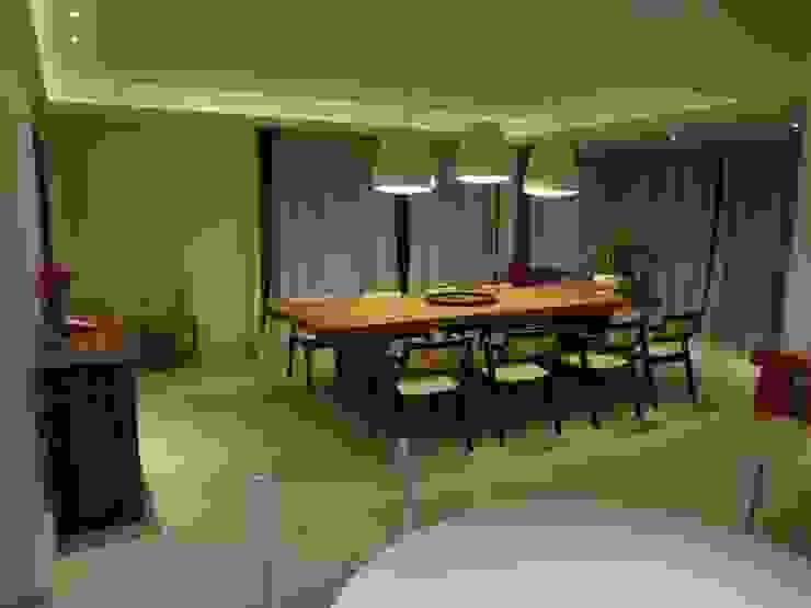 Residência de Praia: Salas de jantar  por Tupinanquim Arquitetura Brasilis