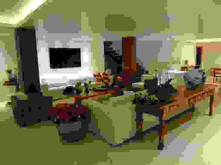 Гостиная в рустикальном стиле от Tupinanquim Arquitetura Brasilis Рустикальный