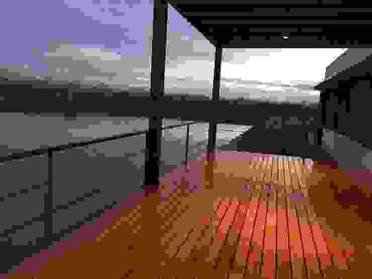 """"""" Casa Laguna"""": Terrazas de estilo  por Mora & Hughes arquitectos,Moderno"""