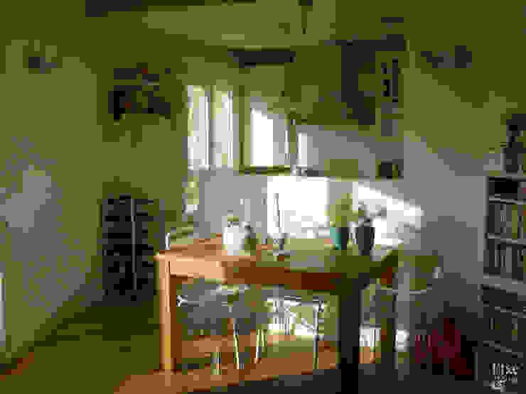 Zona de comedor junto a la cocina. Comedores de estilo mediterráneo de Etxe&Co Mediterráneo Madera maciza Multicolor