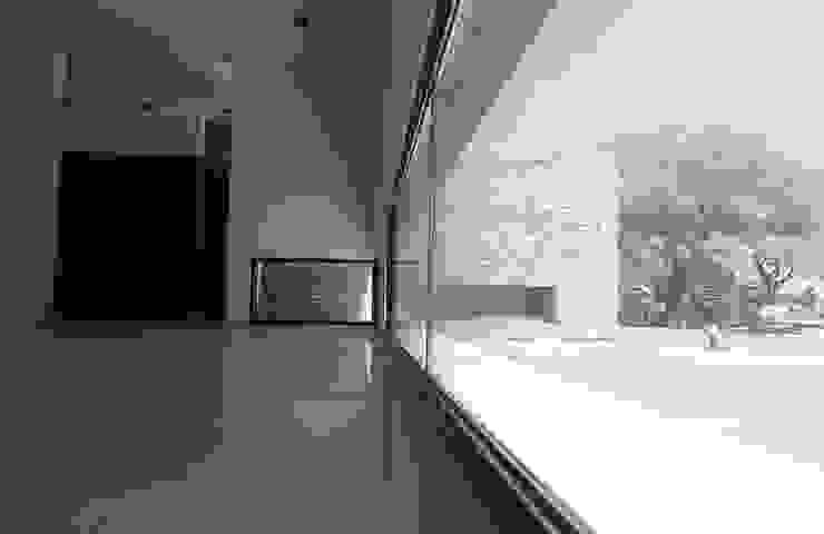 Casa L A, Los Algarrobos, Córdoba Balcones y terrazas modernos: Ideas, imágenes y decoración de Invernon Arquitectos Moderno