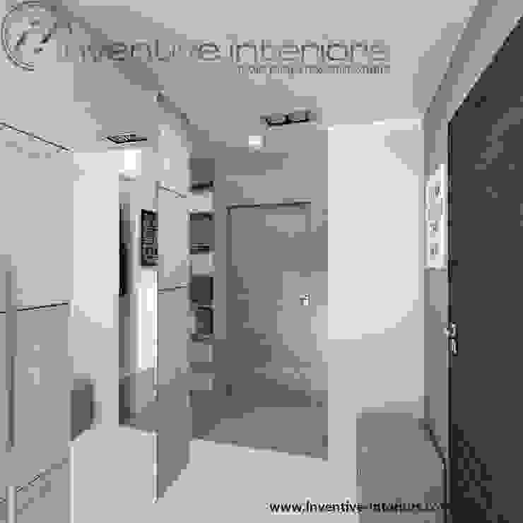 Beton i lustro w przedpokoju Industrialny korytarz, przedpokój i schody od Inventive Interiors Industrialny Beton