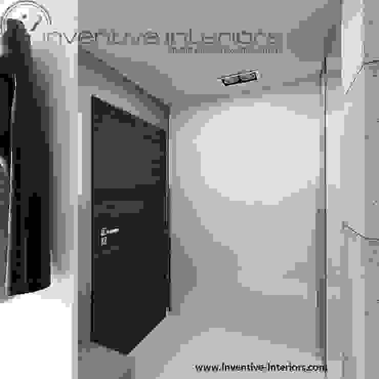 Biała szafa przesuwna wnękowa w przedpokoju Minimalistyczny korytarz, przedpokój i schody od Inventive Interiors Minimalistyczny