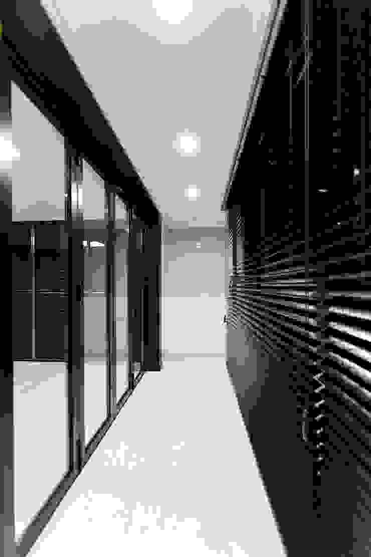 광진구 현대아파트 35평 모던스타일 복도, 현관 & 계단 by dual design 모던