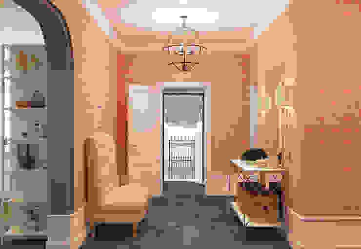 Насыщенные обои с розовым узором на золотистом фоне украсили стены прихожей - они с порога создают радостное настроение, и в то же время не утомляют, так как в прихожей надолго не задерживаешься. Коридор, прихожая и лестница в эклектичном стиле от Brama Architects Эклектичный Плитка