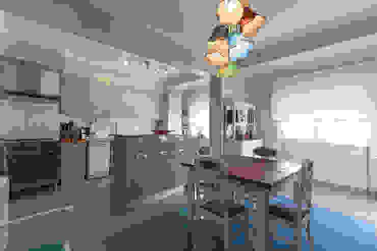 Modern kitchen by ÀS DUAS POR TRÊS Modern