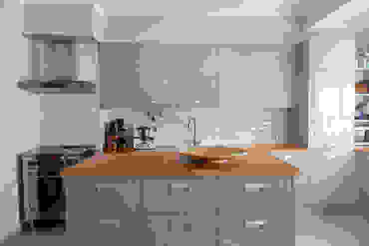 Кухня в стиле модерн от ÀS DUAS POR TRÊS Модерн