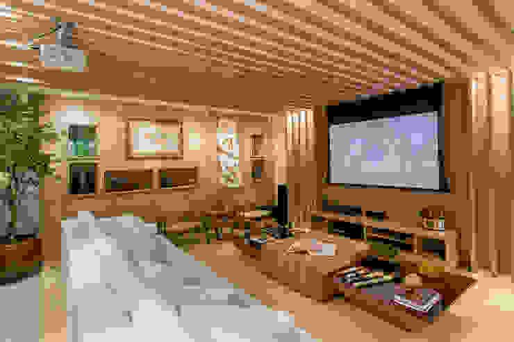 Salas multimedia de estilo  por Haifatto Arq + Decor
