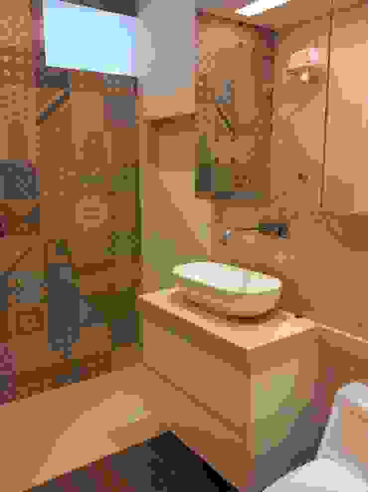 Banheiro bege com ladrilho hidráulico por Palloma Meneghello Arquitetura e Interiores