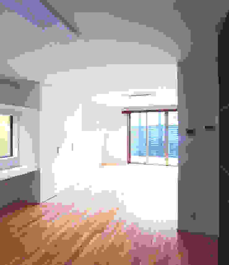 デッキテラスの家2 モダンデザインの リビング の ユミラ建築設計室 モダン