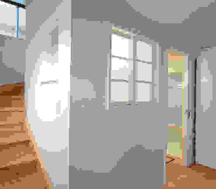 デッキテラスの家2 モダンスタイルの お風呂 の ユミラ建築設計室 モダン