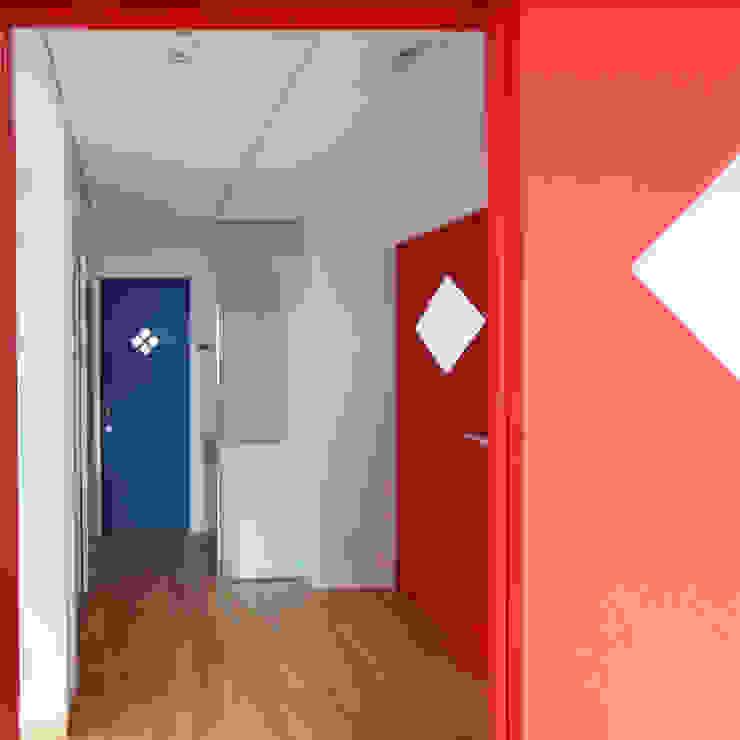 デッキテラスの家2 モダンスタイルの 玄関&廊下&階段 の ユミラ建築設計室 モダン