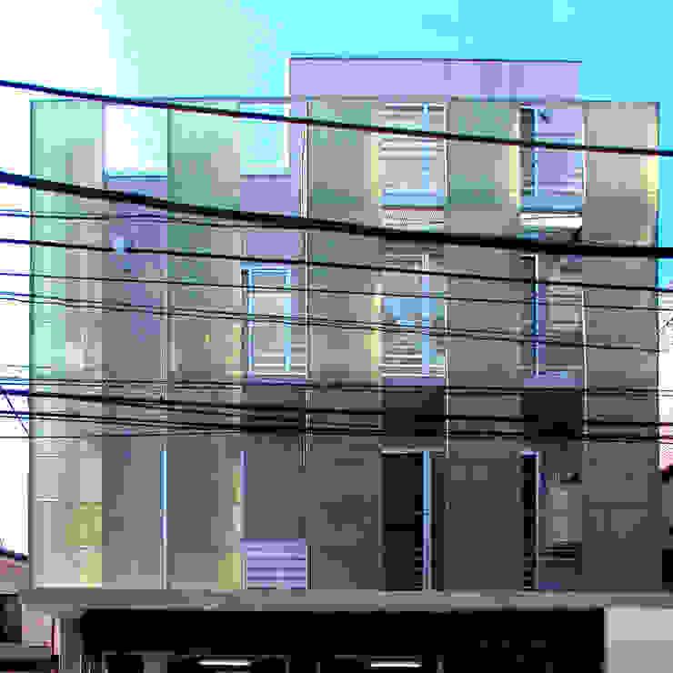 スクリーンで街とつながる モダンな 家 の ユミラ建築設計室 モダン