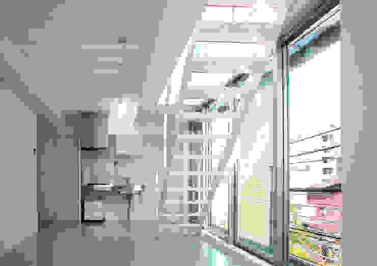 スクリーンで街とつながる モダンデザインの リビング の ユミラ建築設計室 モダン