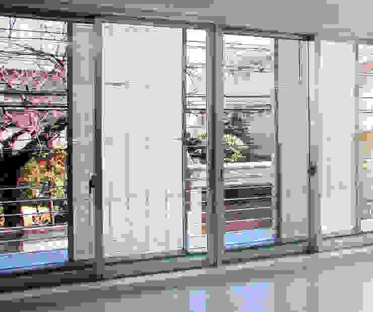 スクリーンで街とつながる モダンデザインの テラス の ユミラ建築設計室 モダン