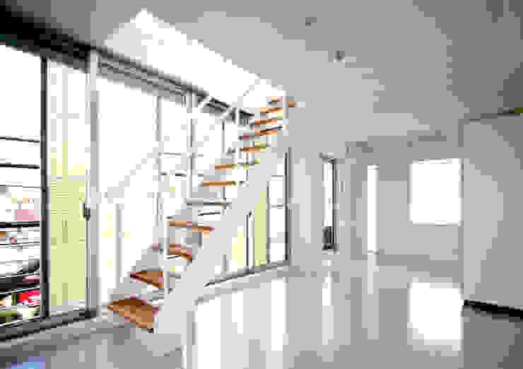 スクリーンで街とつながる モダンスタイルの 玄関&廊下&階段 の ユミラ建築設計室 モダン