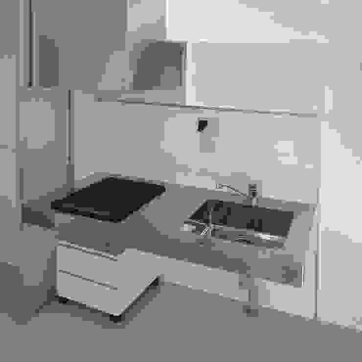 スクリーンで街とつながる モダンな キッチン の ユミラ建築設計室 モダン
