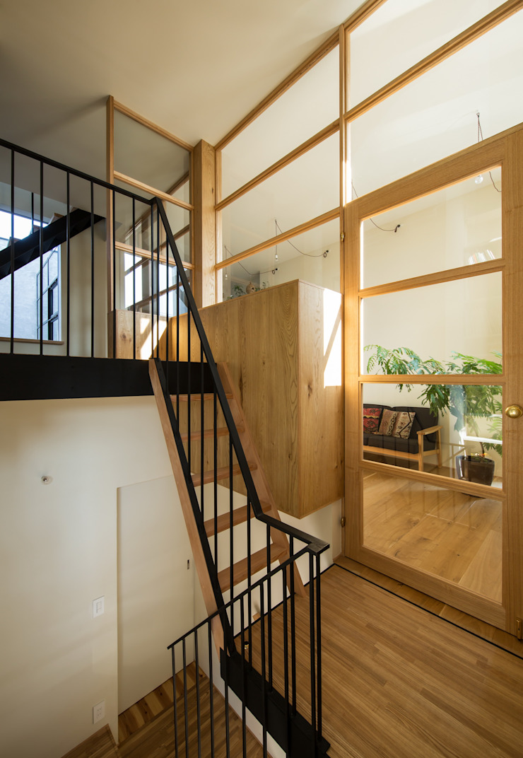 Modern Corridor, Hallway and Staircase by Mimasis Design/ミメイシス デザイン Modern