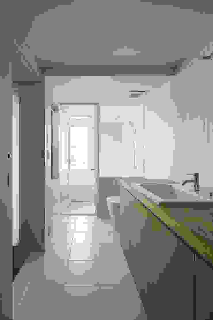 Modern bathroom by Mimasis Design/ミメイシス デザイン Modern