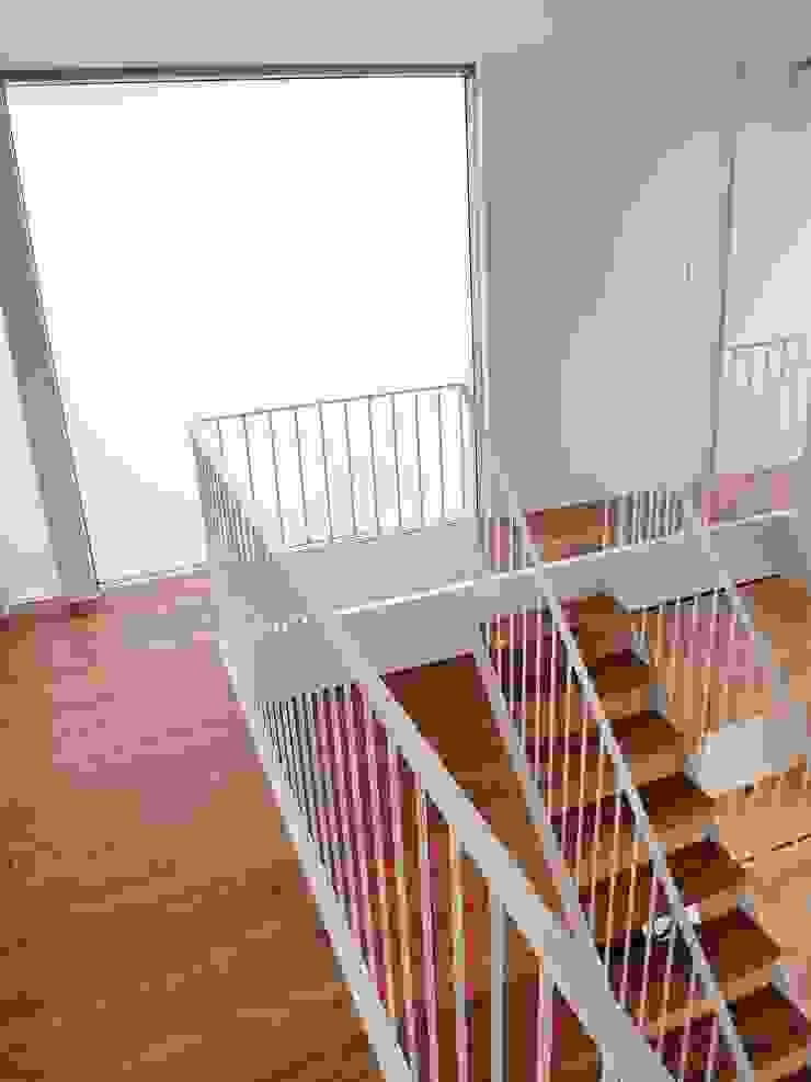 House in Matsugasaki モダンスタイルの 玄関&廊下&階段 の Mimasis Design/ミメイシス デザイン モダン