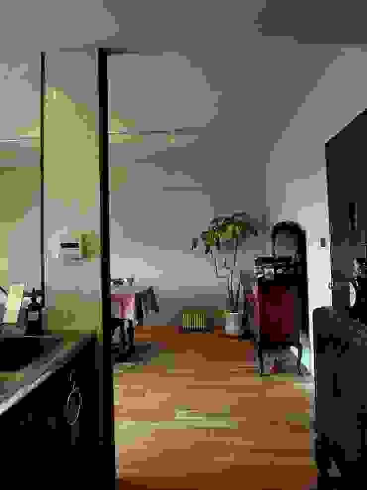 Apartment in Kisibe クラシックデザインの リビング の Mimasis Design/ミメイシス デザイン クラシック