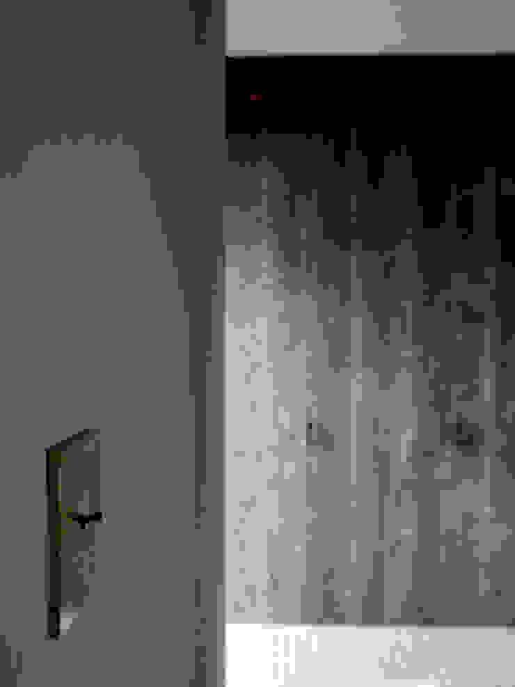 Apartment in Kisibe モダンな 壁&床 の Mimasis Design/ミメイシス デザイン モダン