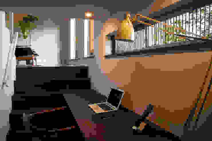Salas multimedia modernas de Mimasis Design/ミメイシス デザイン Moderno