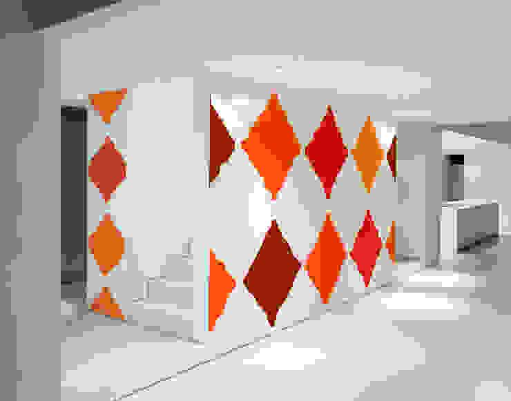 Corredores, halls e escadas minimalistas por Luis Quesada Design Minimalista