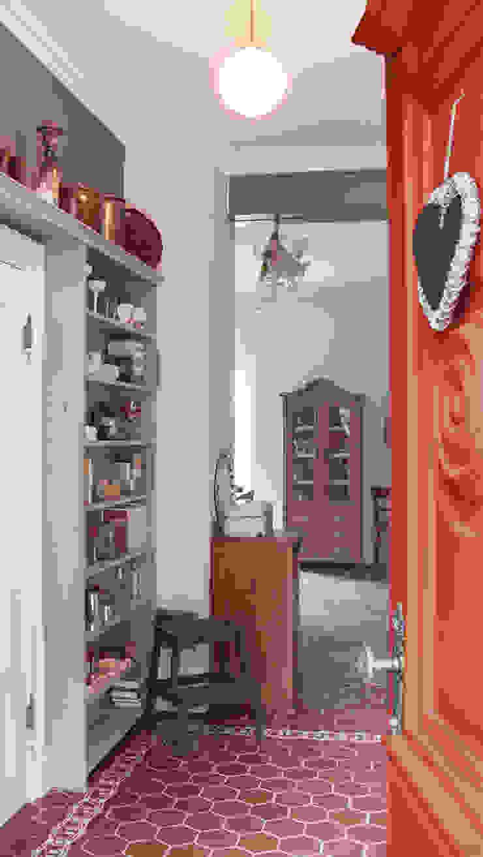 Blick von der Haustür in den Flur auf dem Lothshof Büro Köthe Flur, Diele & Treppenhaus im Landhausstil
