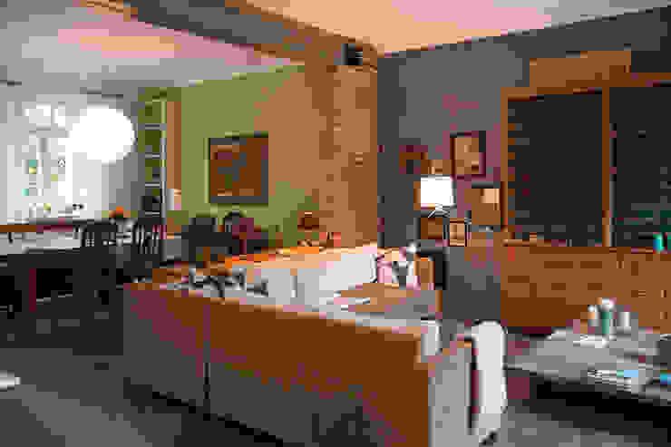 Wohnzimmer mit angrenzendem Essbereich auf dem Lothshof Büro Köthe Wohnzimmer im Landhausstil