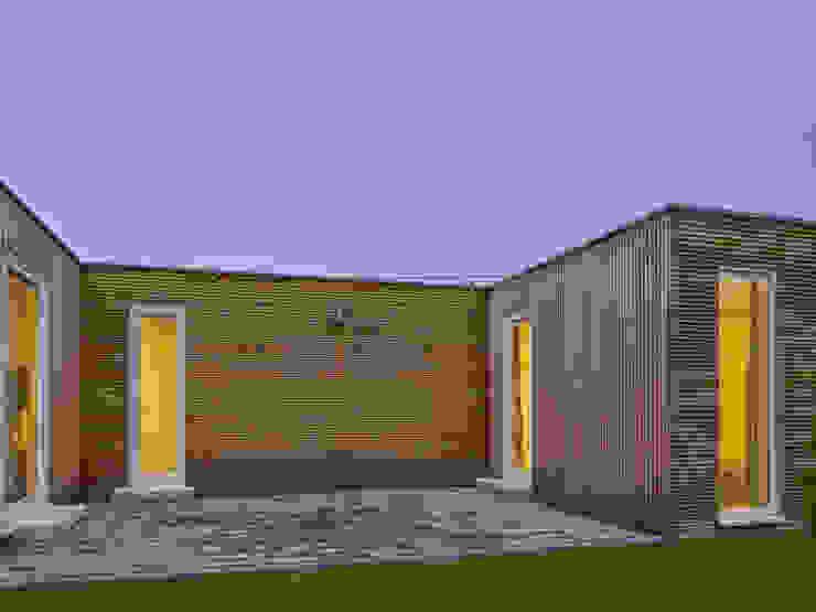 Balcones y terrazas minimalistas de +studio moeve architekten bda Minimalista