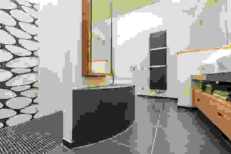 Blick ins Bad unter der Dachschräge Moderne Badezimmer von Büro Köthe Modern