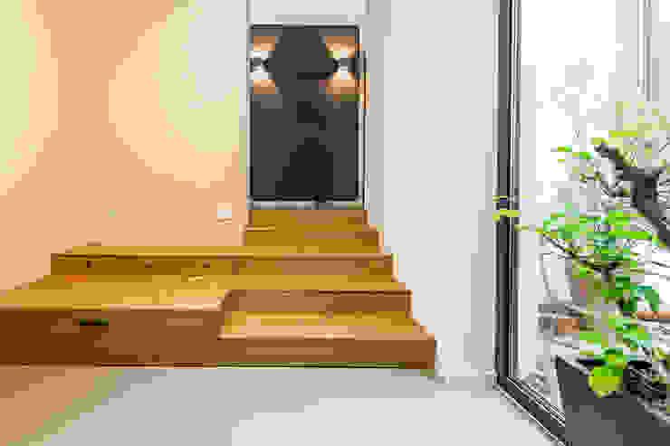 Eingangstreppe mit integriertem Stauraum Moderner Flur, Diele & Treppenhaus von Büro Köthe Modern Holz Holznachbildung