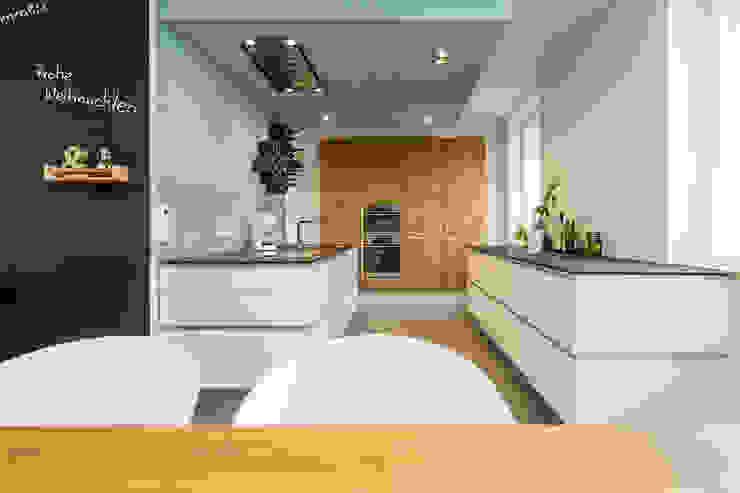 Offene Küche mit abgehängter Decke Moderne Küchen von Büro Köthe Modern
