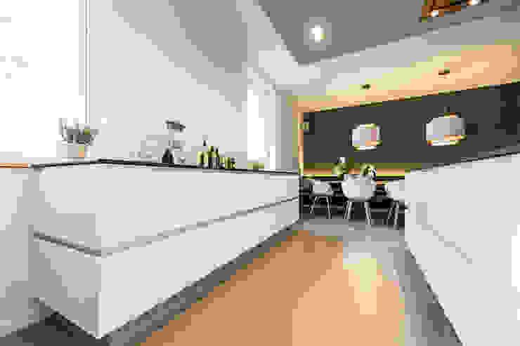 Offene Küche mit Essbereich Moderne Küchen von Büro Köthe Modern