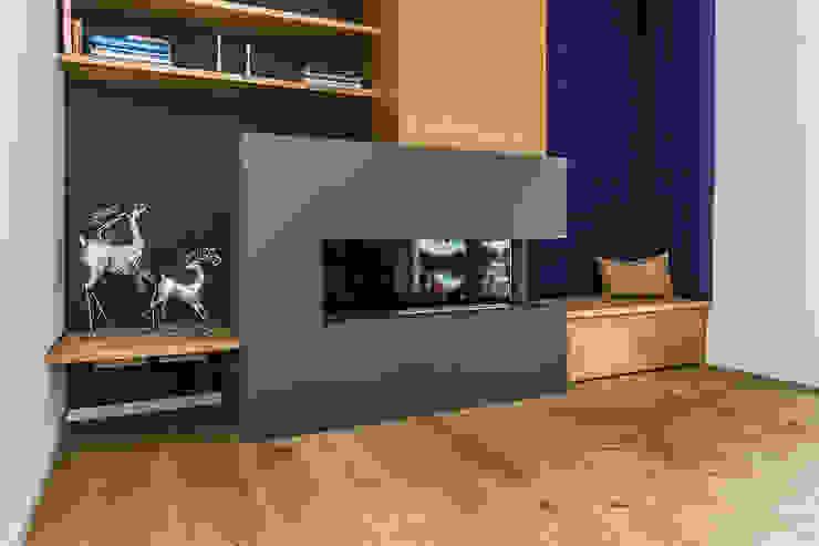 Wohnzimmer mit Kamin Moderne Wohnzimmer von Büro Köthe Modern