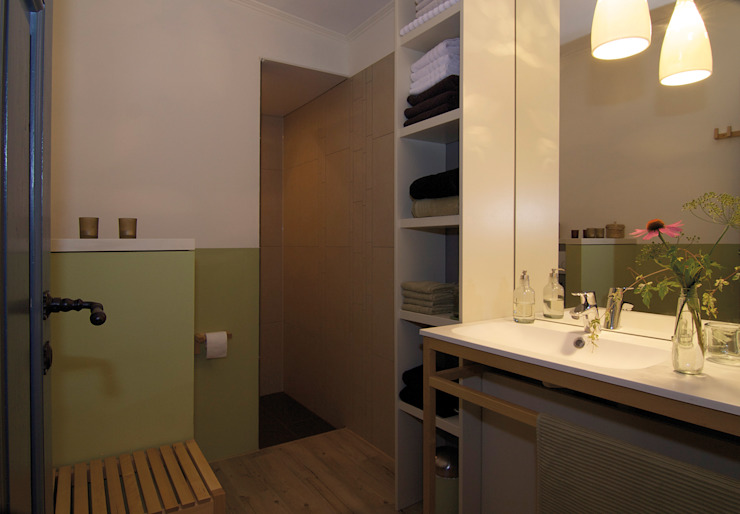 Duschbad des Ferienzimmers »Wald« Badezimmer im Landhausstil von Büro Köthe Landhaus