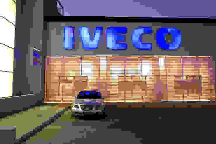 Concesionaria IVECO – FICAMEN Agencias de autos de estilo moderno de Brunzini Arquitectos & Asociados Moderno