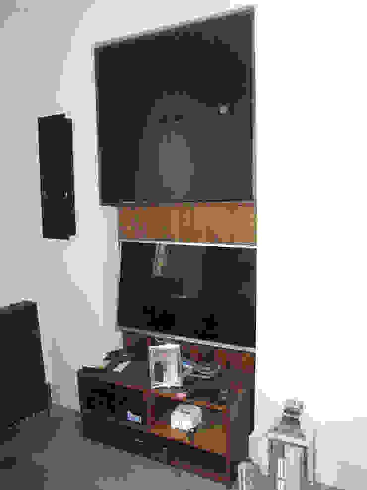 Alcove TV unit in American dark walnut veneer with black doors Style Within Moderne Wohnzimmer