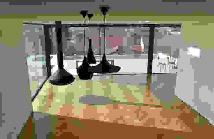 Salas de estar  por homify, Moderno Madeira Acabamento em madeira