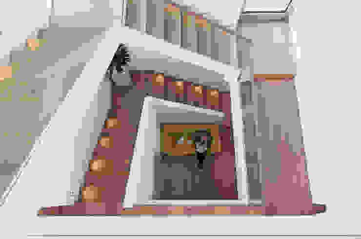 Haus am Hang Moderner Flur, Diele & Treppenhaus von Diemer Architekten Part. mbB Modern Holz Holznachbildung
