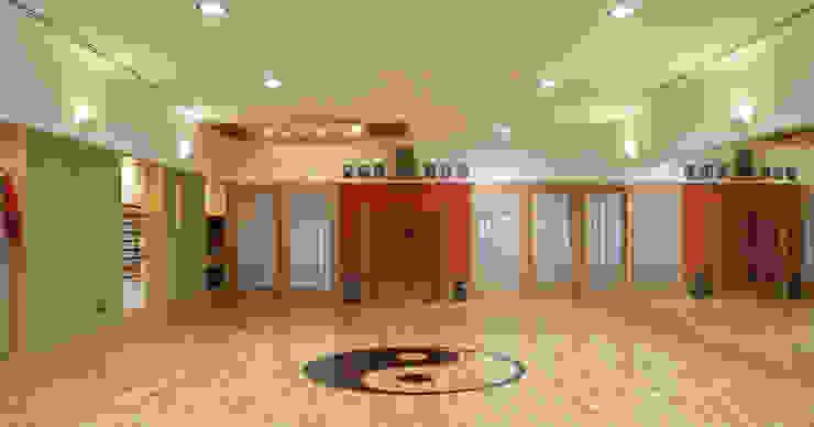 Salle de sport asiatique par Alberto Millán Arquitecto Asiatique Bois Effet bois