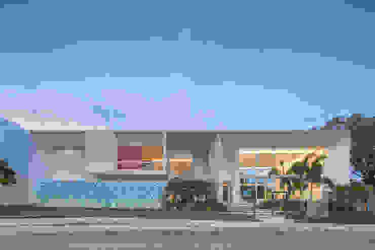 Vista Frontal da Rua por Carlos Bratke Arquiteto