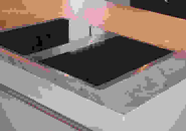 Küche in matt weiß lackiert Moderne Küchen von herpich & rudorf GmbH + Co. KG Modern Holz-Kunststoff-Verbund