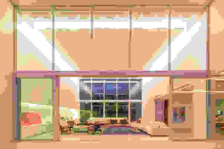 Vista Noturna do Jardim para Sala de Estar por Carlos Bratke Arquiteto